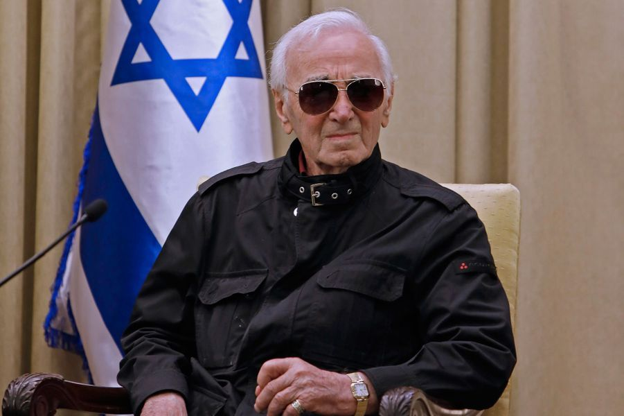 Jeudi à Jérusalem, Charles Aznavoura reçudes mains du président israélien Reuven Rivlinla médaille Raoul Wallenberg,célébrant l'aide apportée par sa famille à des juifs et des Arméniens pendant la Seconde Guerre mondiale.