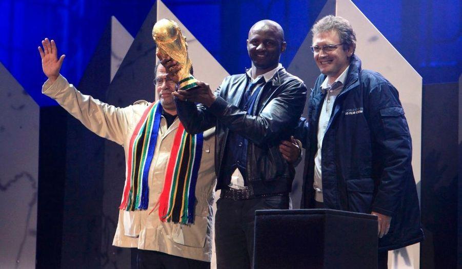 Image surréaliste : ancien capitaine de l'équipe de France finalement recalé par Raymond Domenech, Patrick Vieira a été choisi pour montrer le trophée à la foule en délire.