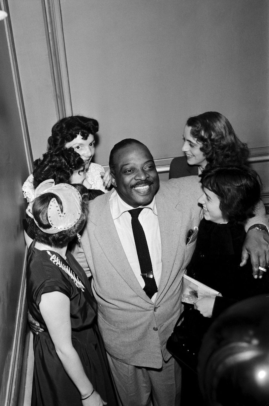 """La quintessence du charme, et du jazz. La musique coulait sous ses doigts, s'envolait pour raconter une histoire où les péripéties étaient des improvisations endiablées. Count Basie avait reçu son don et ses premières leçons de sa mère. A 20ans, il fait le grand saut et s'installe à Harlem où il fréquente les grands pianiste de l'époque. Sa carrière s'emballe, et la """"machine à swing"""" réunit les musiciens les plus talentueux. Le Count Basie Orchestra fera découvrir au grand public des jazzmen comme Lester Young, Buck Clayton ou Buddy Tate.Découvrezla grande galerie photo de Paris Matchavec un nouveau rendez-vous consacré aux femmes et aux hommes qui ont fait l'histoire de votre journal, Six photos de légende. Nouveau rendez-vous ce dimanche avec les légendes du jazz."""