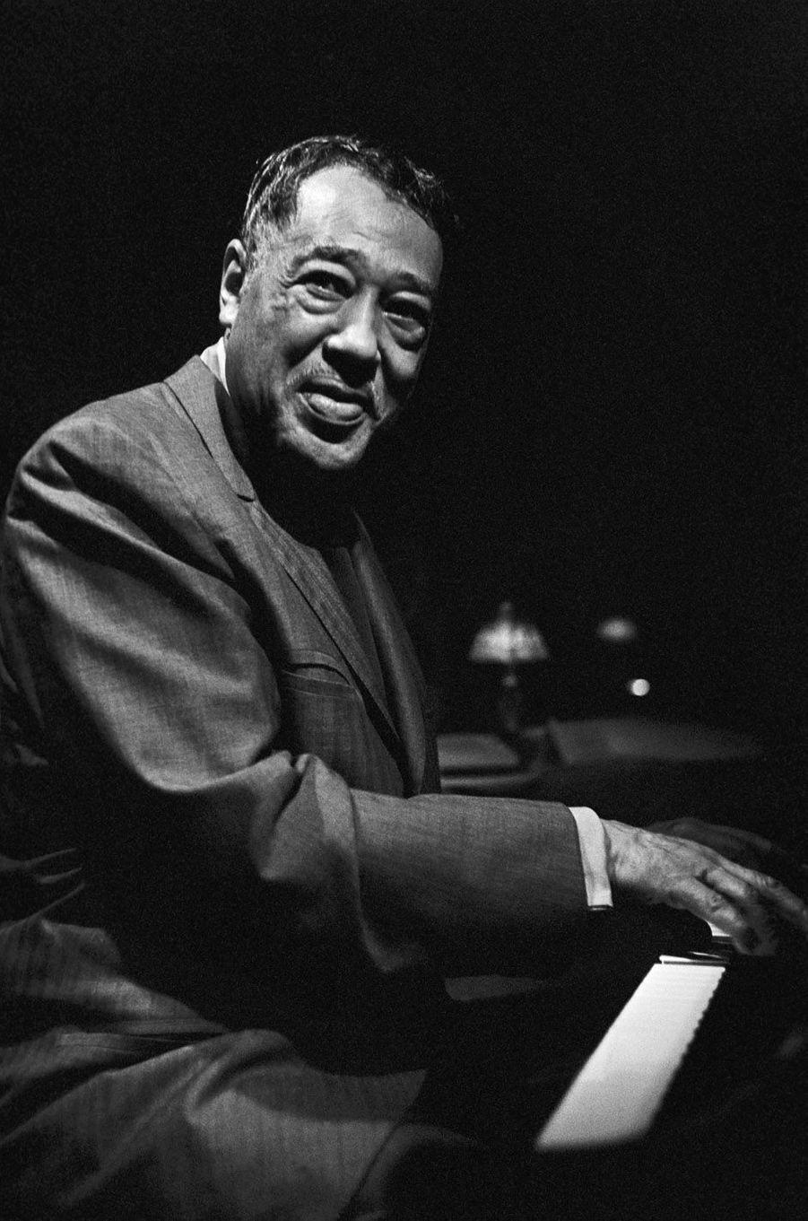L'élégance absolue. Après avoir reçu une batte de base-ball dans le visage, le jeune Edward Kennedy Ellington avait troqué les habits de sport pour des panoplies de musicien gentleman. L'héritage d'un père majordome à la Maison-Blanche lui vaudra le surnom de Duke. A 28ans, le pianiste intègre le Cotton Club, part en tournée à l'étranger. L'enfant de Washington devient un géant du jazz. Il joue avec les plus grands, repousse les limites de l'harmonie, explore tous les courants. Et laisse, sur la musique, une empreinte indélébile.Découvrezla grande galerie photo de Paris Matchavec un nouveau rendez-vous consacré aux femmes et aux hommes qui ont fait l'histoire de votre journal, Six photos de légende. Nouveau rendez-vous ce dimanche avec les légendes du jazz.