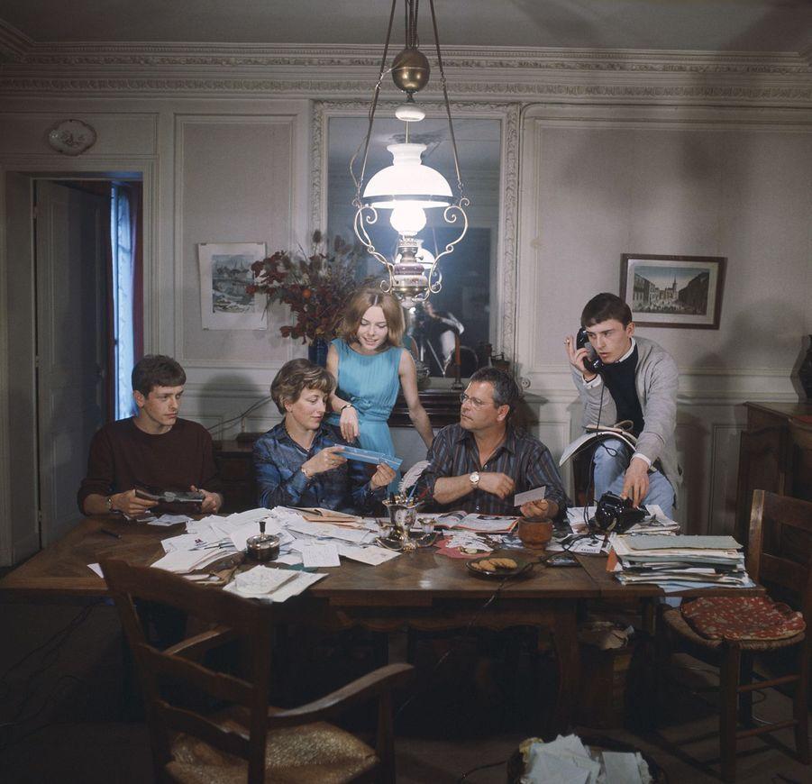 France Gall à 16 ans, dans la maison familiale dans l'Yonne, avec ses parents et ses frères jumeaux.