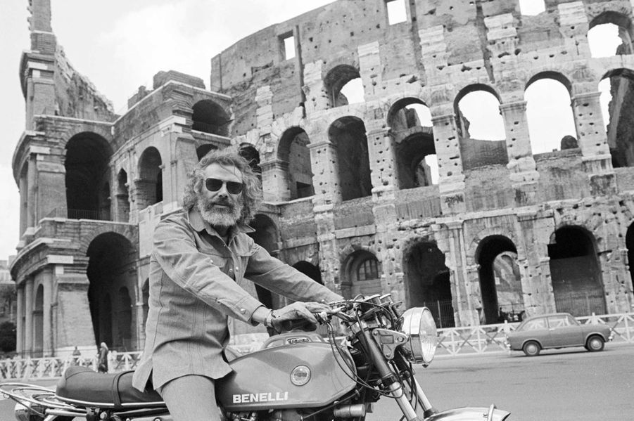Le célèbre parolier et chanteur Georges Moustaki s'est éteint dans la nuit de mercredi à jeudi, à l'âge de 79 ans. Polyglotte, passionné des mots bien sûr, mais aussi de voyages, de moto, ou encore de tennis, l'artiste d'origine grecque a vécu plusieurs vies. En voici quelques images.