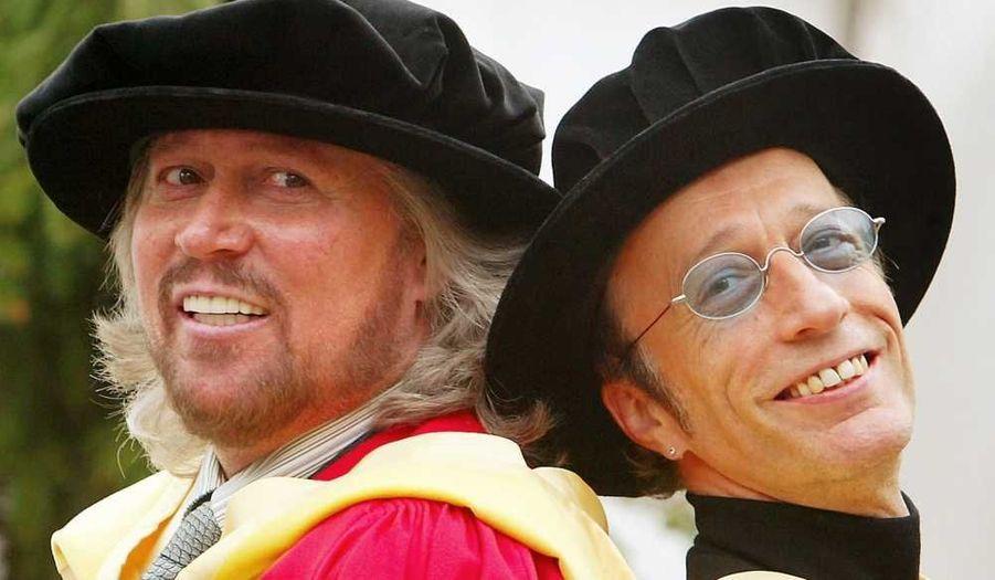Avec son frère Barry, recevant un diplôme honorifique de l'Université de Manchester en mai 2004