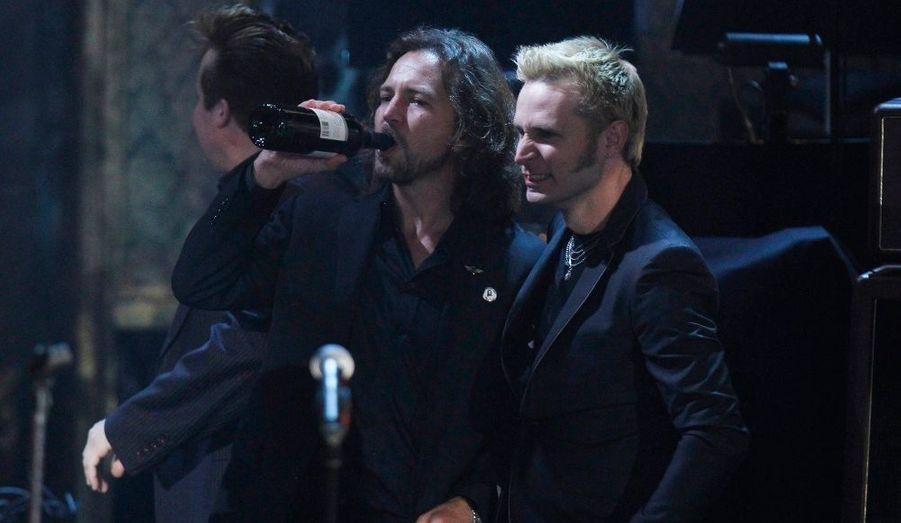 Un vent de débauche souffle sur le très huppé Waldorf Astoria... Mike Dirnt de Greenday (dr.) et Eddie Vedder de Pearl Jam (g) admire Iggy Pop et ses Stooges.