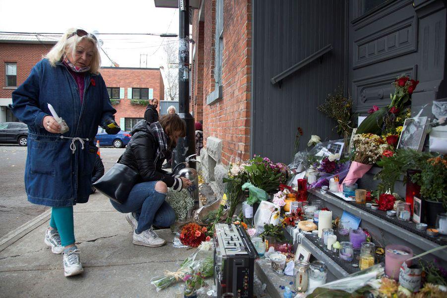 Bougies et fleurs devant la porte de la maison de Leonard Cohen, à Montréal