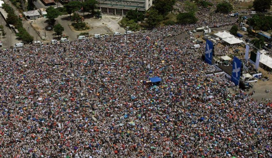 """Le chanteur colombien Juanes a fait un tabac dimanche à La Havane où un demi-million de Cubains se sont pressés sur la place de la Révolution pour écouter son message de paix entre les peuples. La Porto-Ricaine Olga Tanon, qui faisait partie des 14 artistes originaires de six pays figurant sur l'affiche du concert de Juanes baptisé """"Paix sans frontières"""", a ouvert le bal en hurlant son principal message: """"Il est temps que cela change""""."""