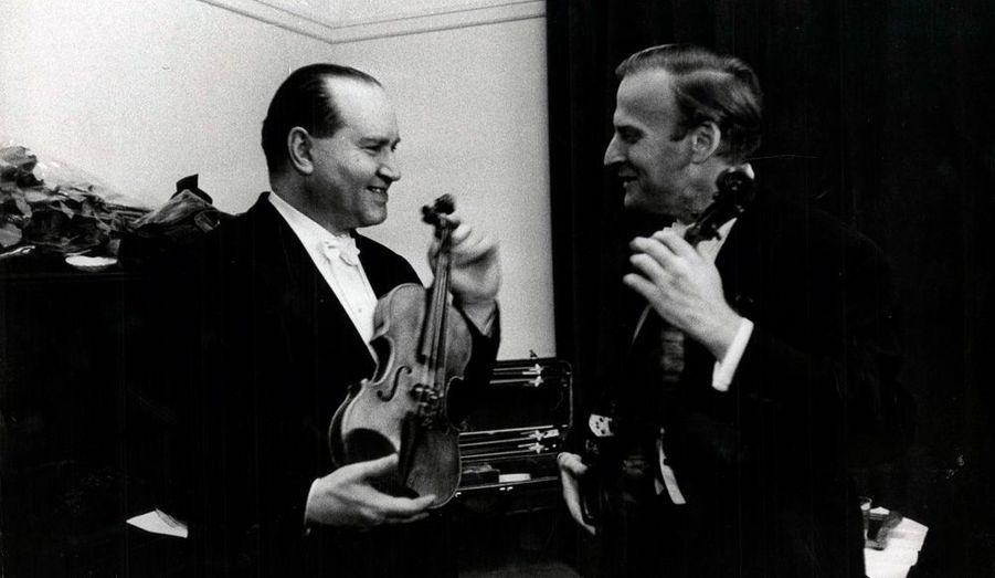 1962. De façon imprévue, David Oïstrakh, le Russe, surnommé le roi David en son pays (à g.), et, les cheveux blond cendré, le violoniste prodige Yehudi Menuhin se retrouvent ensemble à Paris. Ces deux virtuoses du violon s'estiment et sont liée par une indéfectible amitié.