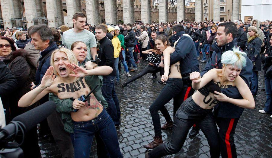 Des militantes de l'organisation féministe Femen ont tenté de troubler la prière de l'angélus menée par Benoît XVI ce dimanche place Saint-Pierre, au Vatican. Elles reprochent au Pape son opposition au mariage et à l'adoption homosexuels.