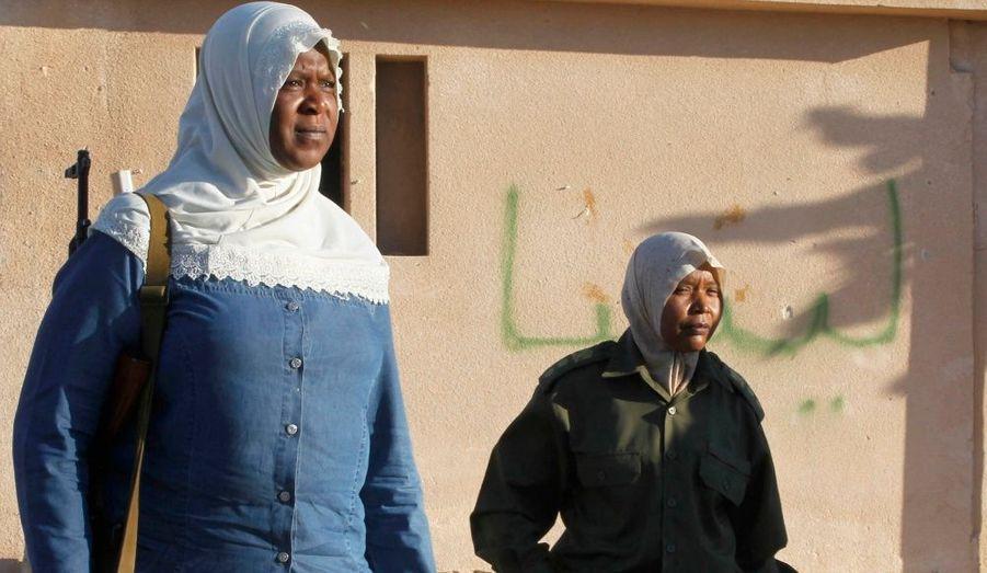 Les forces du gouvernement libyen ont conduit quelques journalistes à 120 kilomètres à l'Ouest de Tripoli, ici à Zuwarah, pour leur montrer des femmes guerrières qui ont pris les armes.