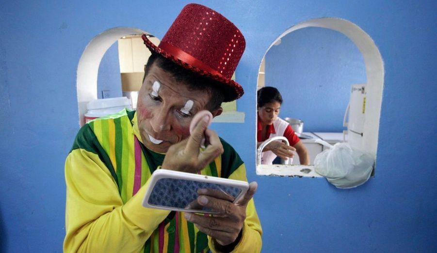 Le clown Ernesto Aguirre applique son maquillage à l'hôpital pour enfants de Managua. C'est la cinquième année qu'il rend visite à ces petits atteints de cancer, pour leur apporter de la joie et des cadeaux de Noël.