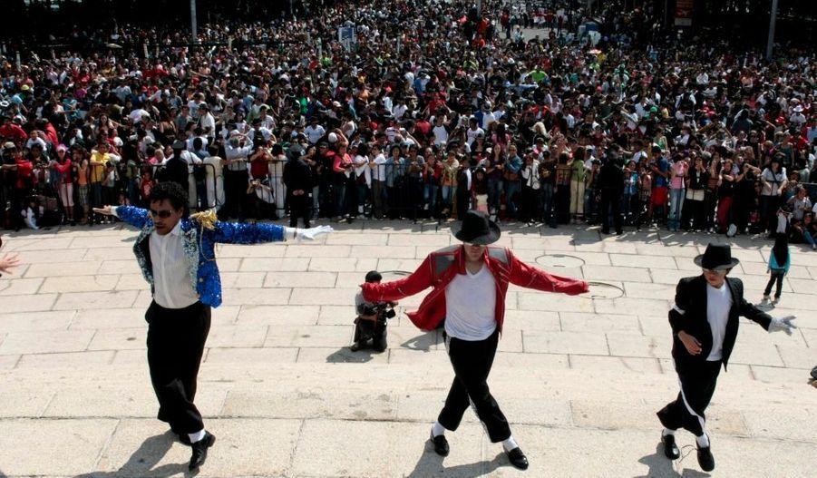 Des centaines de fans se sont réunis hier à Mexico, où un rassemblement-hommage par la danse était organisé à l'occasion de l'anniversaire de Michael Jackson (le 29 août), décédé le 25 juin dernier à l'âge de 50 ans.