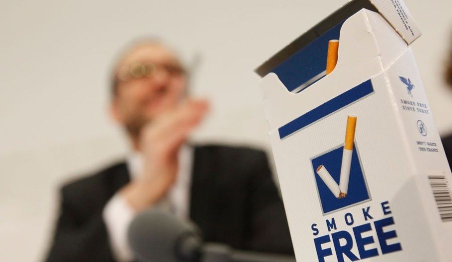 Pascal Strupler, directeur de l'Office fédéral de la santé publique (OFSP), lors d'une conférence de presse pour la marque SmokeFree, à Berne. Dans le cadre du programme national anti-tabac –prolongé jusqu'en 2012-, l'OFSP a lancé ce concept innovant: dans une boîte imitant un paquet de cigarettes, des fiches pratiques offrant conseils et astuces pour arrêter de fumer.