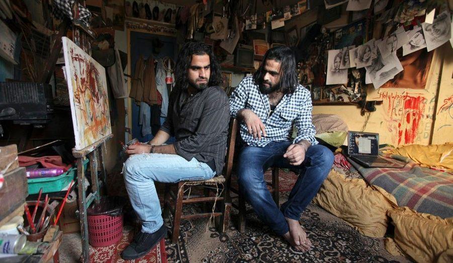 L'acteur et artiste palestiniens Mohammed Abu Nasser et son frère jumeau, Ahmed, plus connu sous leurs surnoms respectifs, Arab et Tarzan, sont assis dans leur studio de la maison familiale dans la bande de Gaza. Les jumeaux Abu Nasser ont remporté un concours local réservé aux jeunes artistes palestiniens, pour le court métrage Gazawood, ainsi que pour une collection d'affiches qui sera présentée lors d'une exposition en Angleterre.