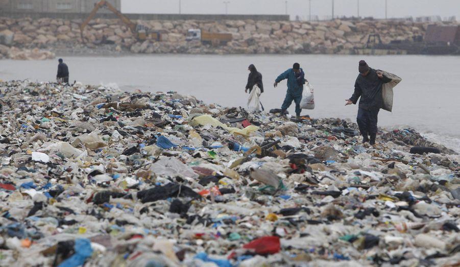 A Sidon, au Liban, des glaneurs fouillent la décharge à ciel ouvert, qui s'est partiellement effondrée après les intempéries catastrophiques qui ont frappé le pays.