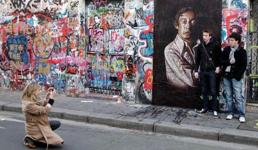 Des passants se photographient devant la maison de Serge Gainsbourg, rue de Verneuil à Paris. Le 2 mars 2011 marque le 20ème anniversaire de la mort du chanteur, décédé d'une crise cardiaque.