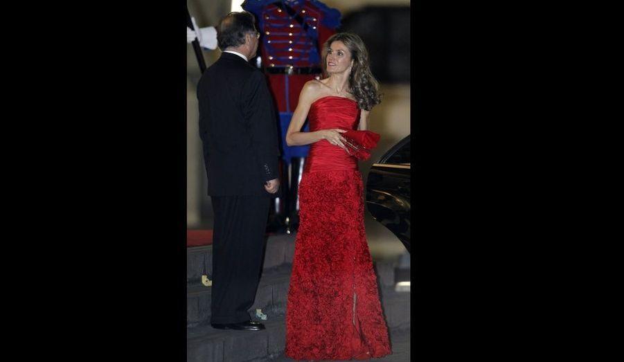 Letizia d'Espagne arrive au Palais du Gouvernement de Lima. La princesse et son époux, le prince Felipe, ont débuté un voyage officiel de trois jours au Pérou.