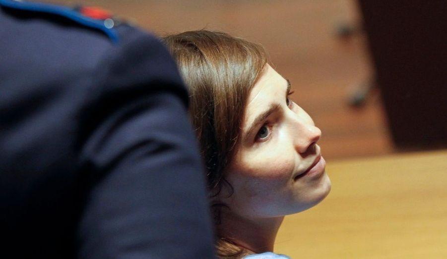 Amanda Knox, accusé du meurtre de son colocataire, affiche un sourire lors de son procès en appel. La jeune femme a écopé de 26 ans de prison ferme en première instance.