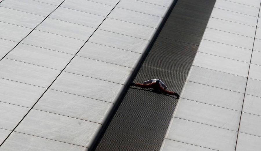 137 mètres. C'est la hauteur de l'immeuble du centre financier de Hong Kong qu'Alain Robert a escaladé ce matin. Ce n'est pas son premier exploit, il a entre autre escaladé la tour Eiffel, la tour Total de la Défense ou encore l'Empire State Building.
