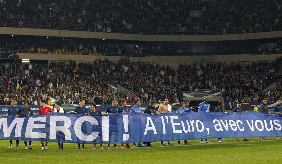 Les joueurs de l'équipe de France de football remercient leurs supporters à la fin du match contre l'Estonie, qu'ils ont gagné 4 buts à 0. Ils sont désormais prêts à s'envoler pour l'Ukraine, où se déroulera le championnat d'Europe à partir de ce week-end.