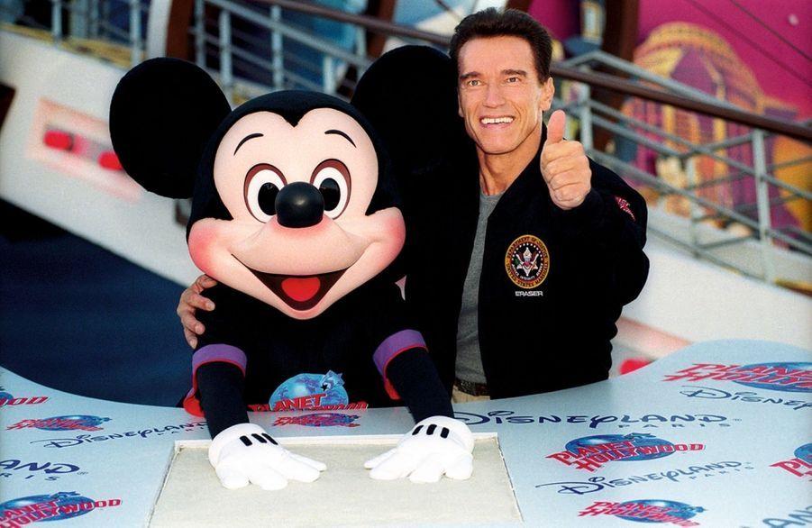 Mickey sous la protection de Terminator, alias Arnold Schwarzenegger.