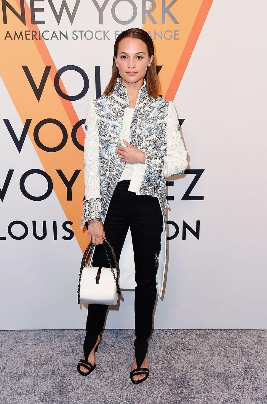 Alicia Vikanderà la soirée d'inauguration de l'exposition Louis Vuitton à New York, le 26 octobre 2017.