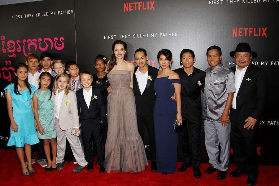 """Angelina Jolie entourée de l'équipe du film et de ses enfants à l'avant-première de """"First They Killed My Father"""" à New York, le 14 septembre 2017."""