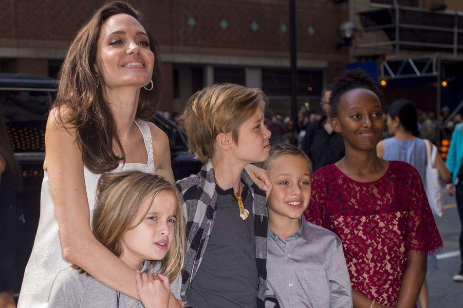 Angelina Jolie et quatre de ses enfants, Zahara, Shiloh, Vivienne et Knox à Toronto, le 10 septembre 2017.