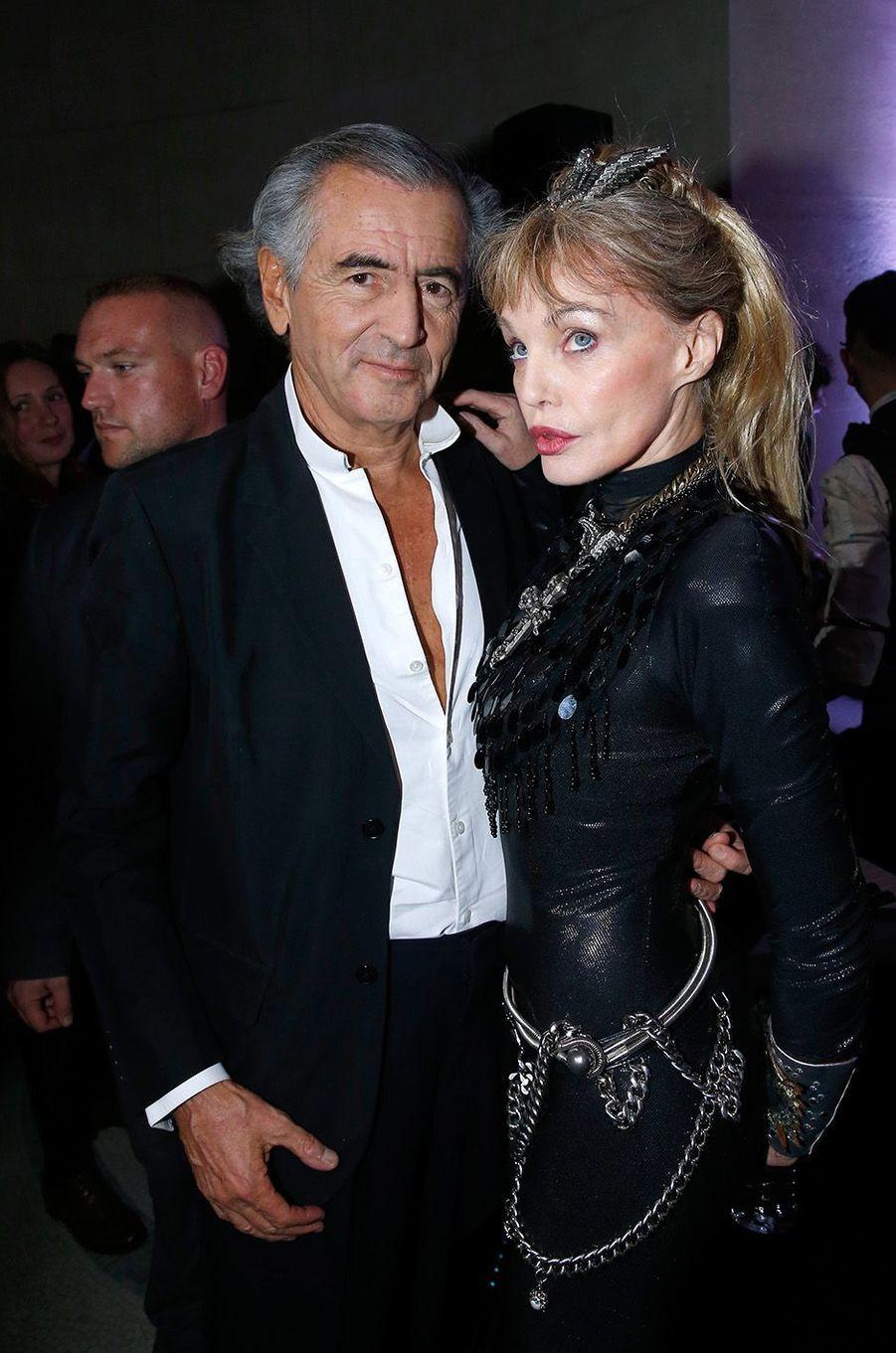 Arielle Dombasle avec son époux Bernard-Henry Lévy au Grand Palais, le 26 octobre 2016.