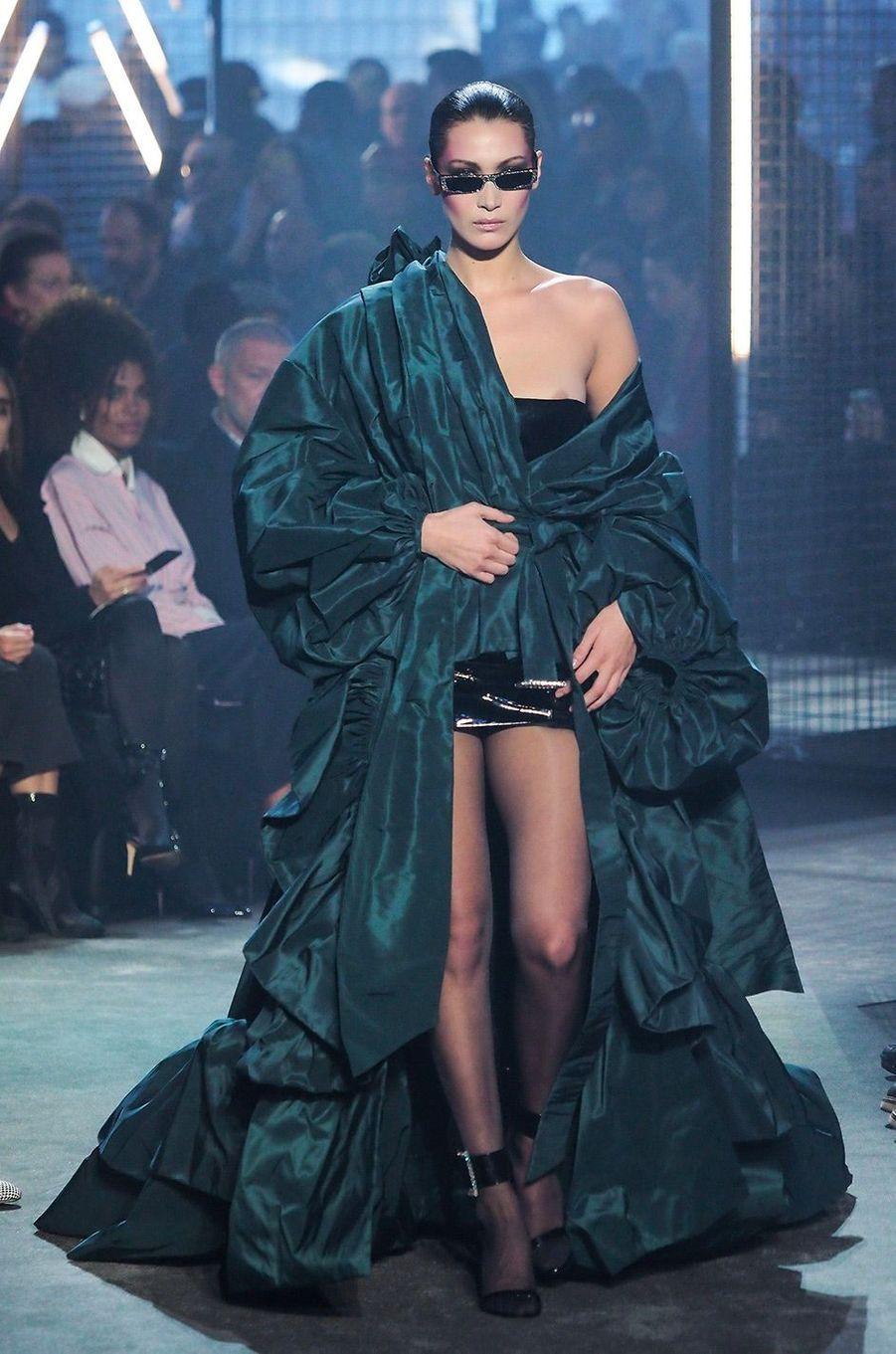 Bella Hadid au défilé Alexandre Vauthier pendant la Fashion Week parisienne