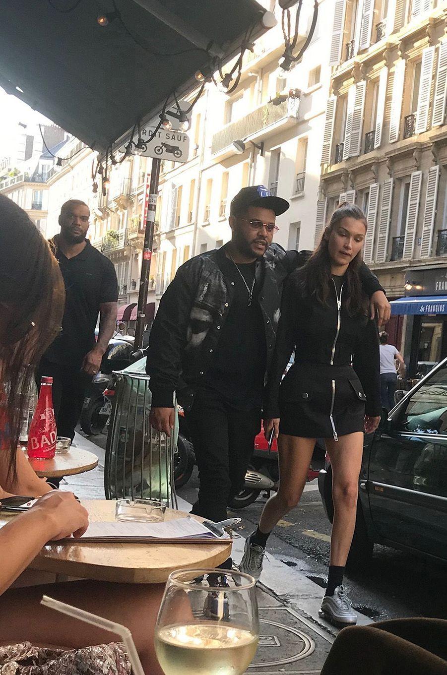 Bella Hadid et The Weeknd dans les rues de Paris.