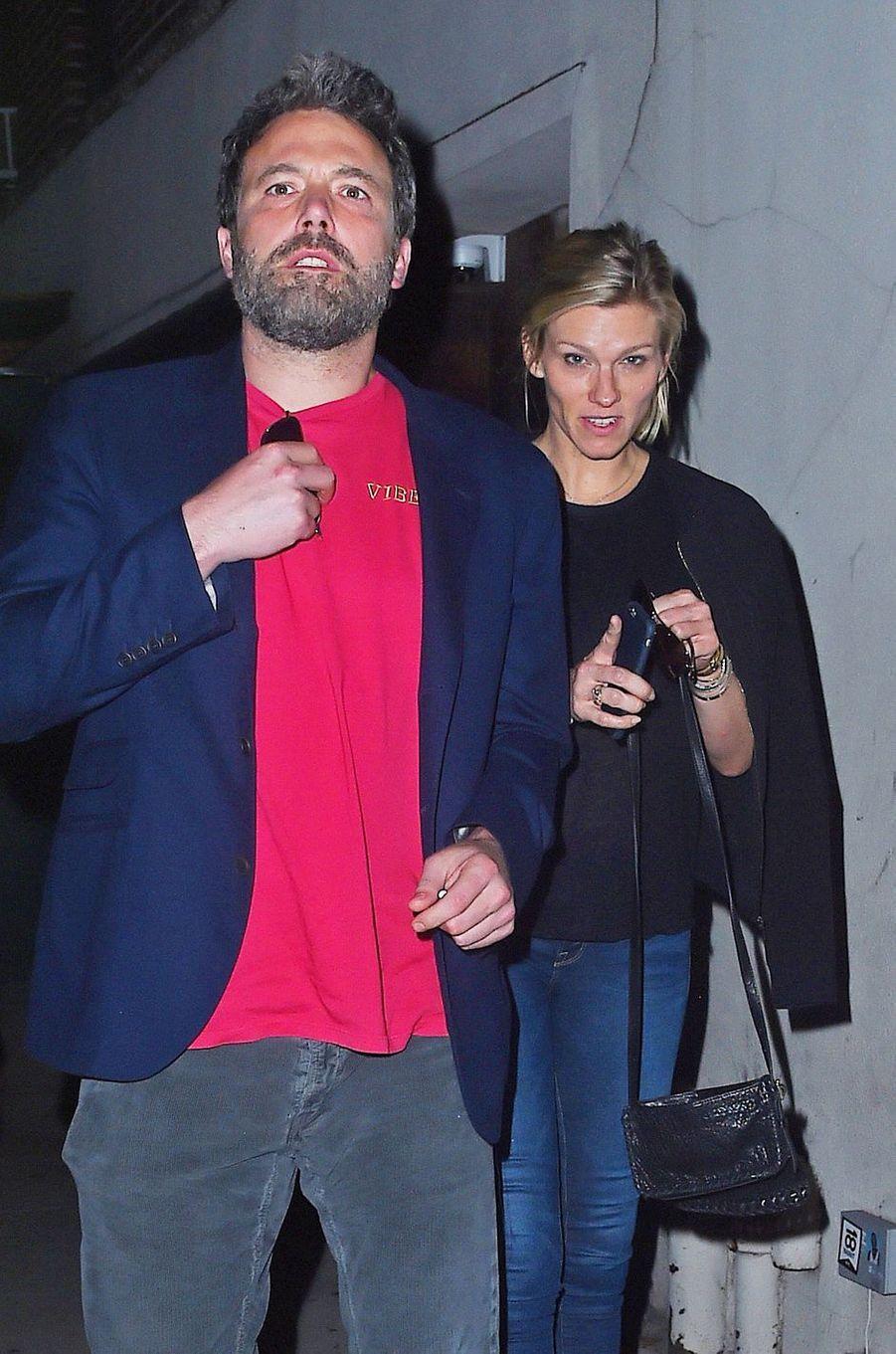 Ben Affleck avec Lindsay Shookus à la sortie du restaurant, à New York le 20 août 2017.