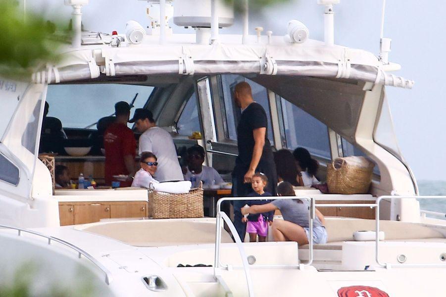 Beyoncé et Jay-Z en balade sur un yacht, à Miami, le 13 novembre 2017.