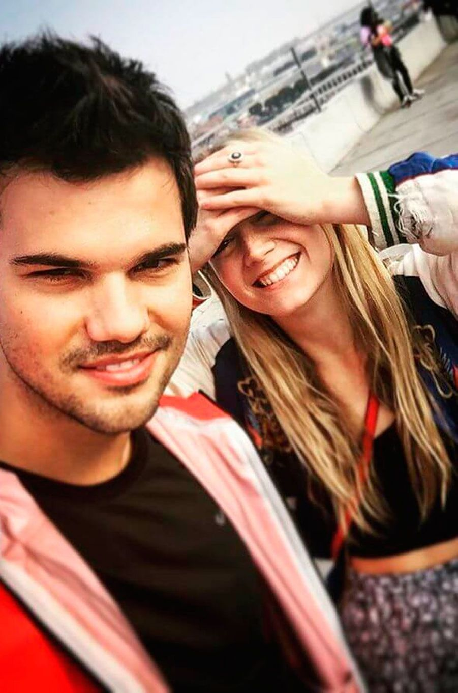 """Billie Lourd et Taylor Lautner se sont rencontrés sur le tournage de la série """"Scream Queens"""""""
