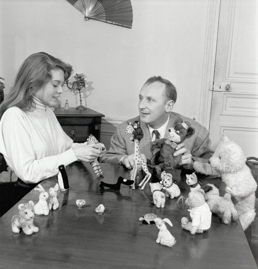 """1952 : Brigitte Bardot et Bourvil, partenaires dans le film """"Le Trou Normand"""" de Jean Boyer."""