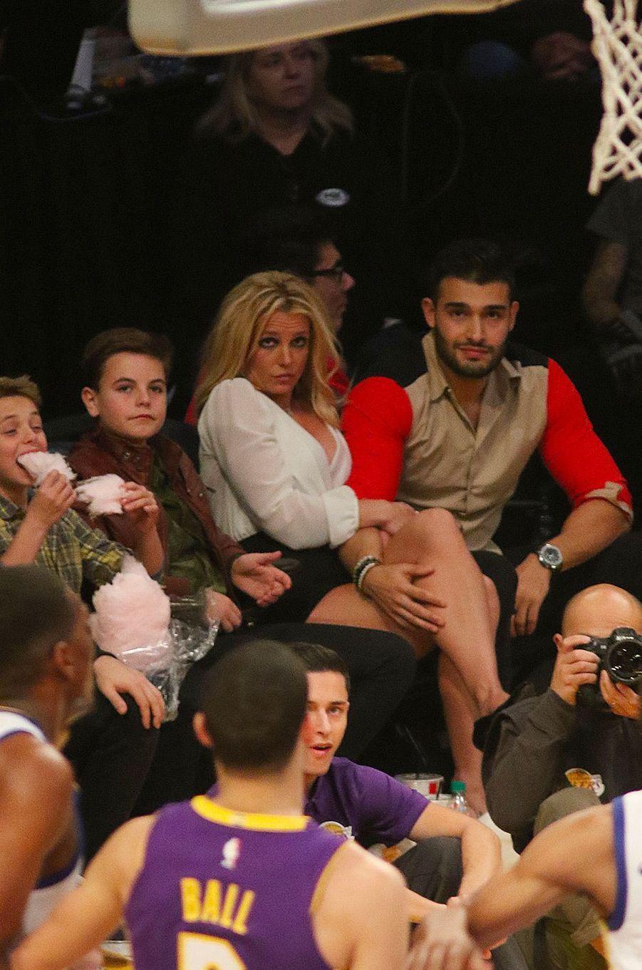 Britney Spears avec son compagnon Sam Asghari et ses deux enfants Sean et Jayden au Staples Center, Los Angeles