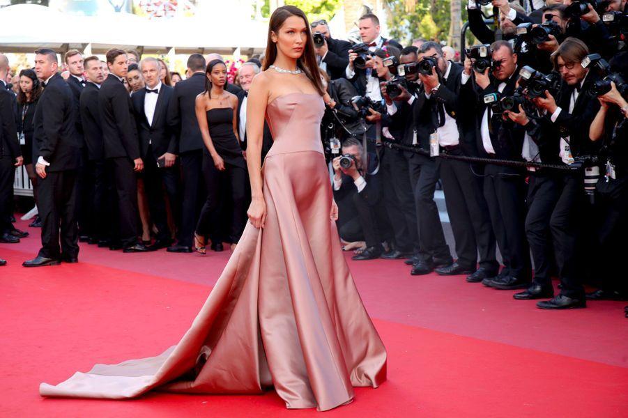 Bella Hadid monte les marches à Cannes le 11 mai 2018