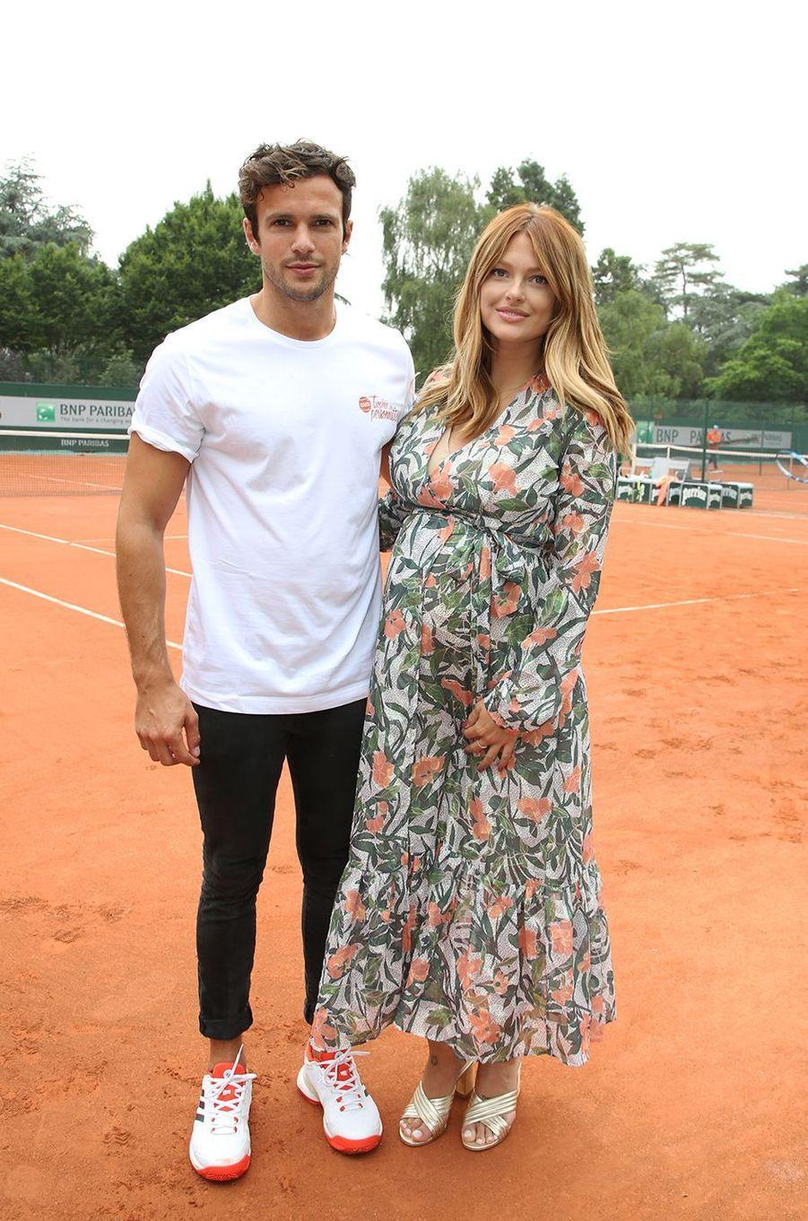 Caroline Receveur avec son fiancé Hugo Philip à Roland Garros, le 6 juin 2018.