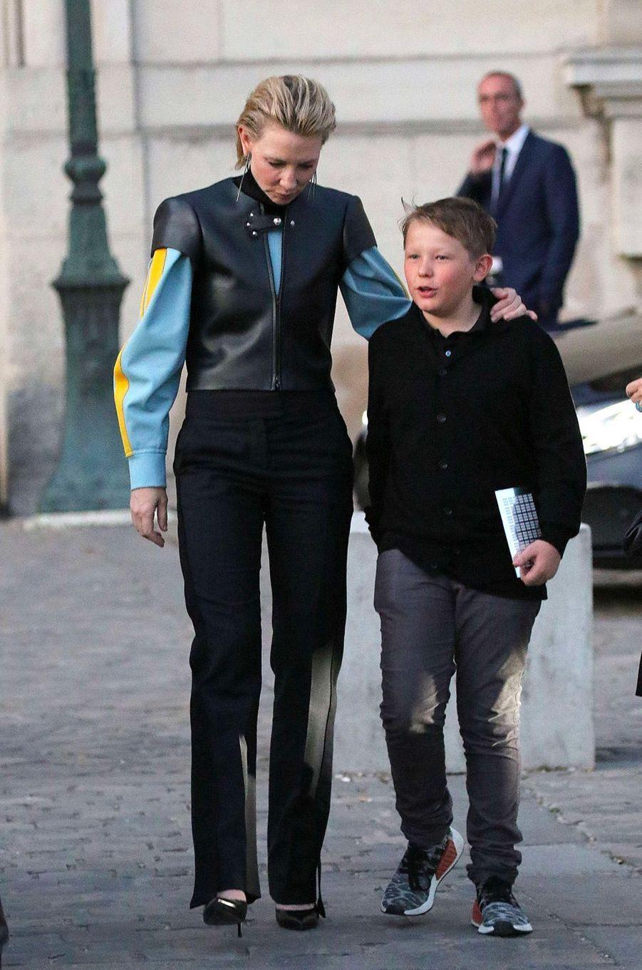 Cate Blanchett et son fils Roman au défilé Louis Vuitton à Paris