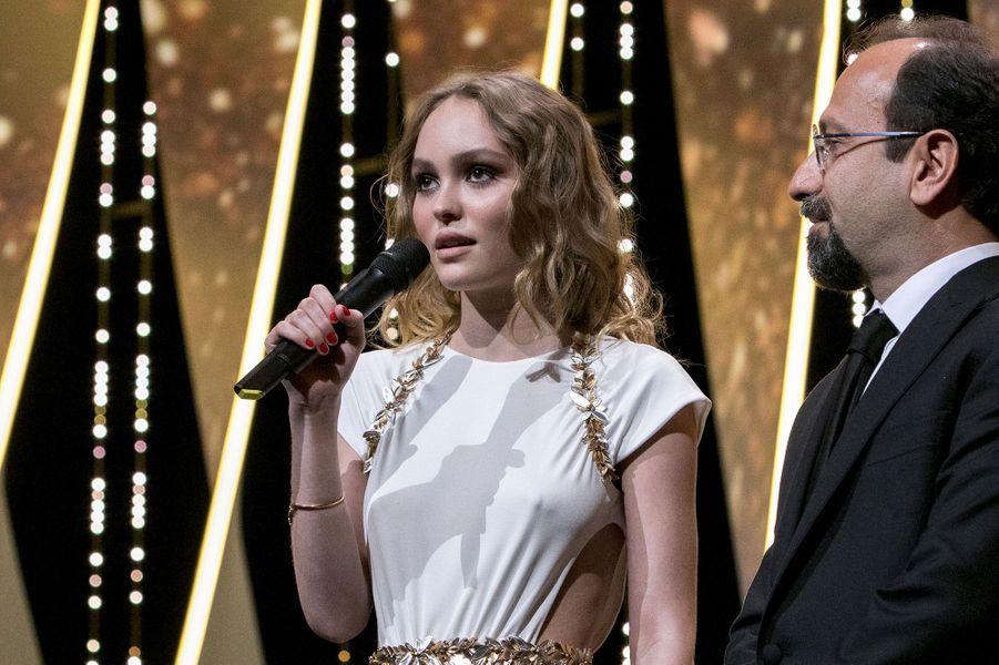 Lily-Rose Depp durant la cérémonie d'ouverture à Cannes.