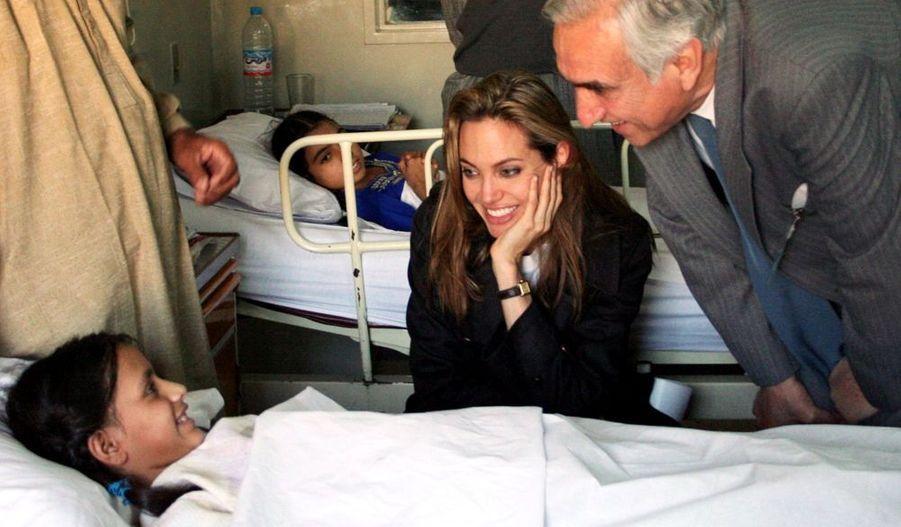 Elle y avait rendu visite aux rescapés, comme cette petite fille, dans un hôpital d'Islamabad.