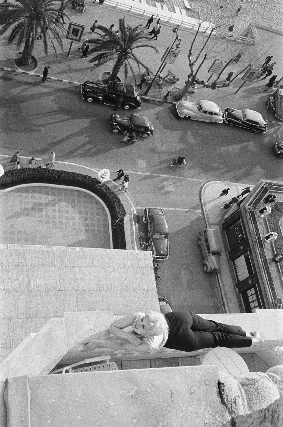 L'actrice américaine Kim Novak est la vedette du festival de Cannes 1956.