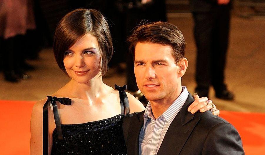 Alors que Tom Cruise a longtemps formé le couple idéal avec Nicole Kidman, puis avec Penélope Cruz, l'acteur a tout fait pour répéter l'histoire avec Katie Holmes, de 17 ans sa cadette. Il a notamment commencé par lui crier son amour -officialisant leur relation- sur le plateau d'Oprah Winfrey en 2005. Elle rêvait de l'épouser depuis qu'elle l'avait vu dans Top Gun, il est tombé amoureux au premier regard : une histoire si parfaite -trop pour être vraie ?- que les médias s'interrogent régulièrement sur la sincérité de leurs sentiments. Amour véritable ou coup médiatique, leur histoire dure quand-même depuis quatre ans et passionne toujours autant...