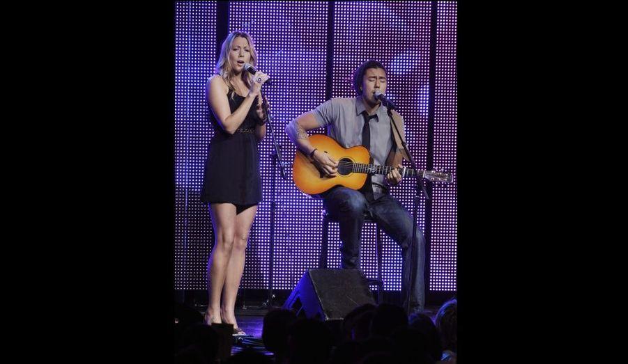 """La chanteuse américaine Colbie Caillat, révélée en France avec son tube """"Fearless"""", a offert au public un show intimiste."""