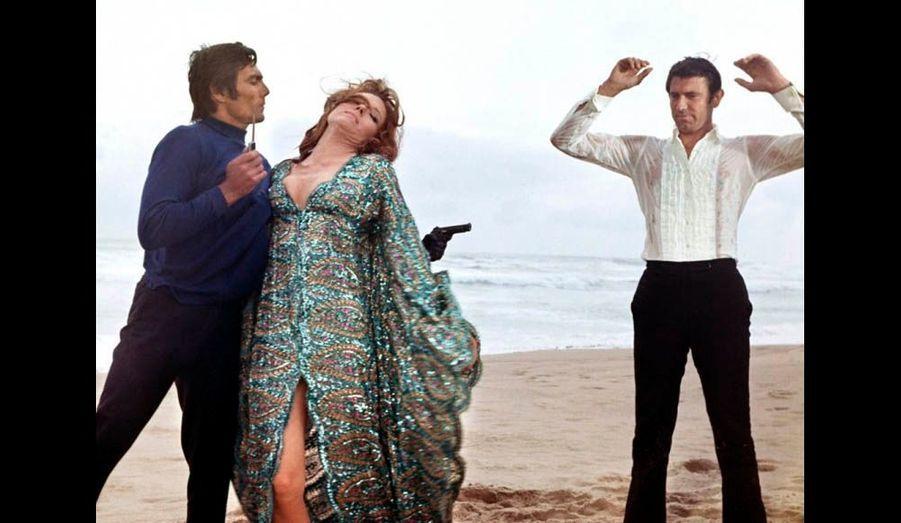 """Cet Australien n'a joué que dans un film, « Au service secret de sa Majesté », mais a été aussi le seul à épouser une James Bond girl, en l'occurrence Diana Rigg, l'interprète d'Emma Peel, assassinée après les noces. Ci-dessus, George Lazenby et Diana Rigg en mauvaise posture dans """"Au service secret de Sa Majesté"""" (1969)"""