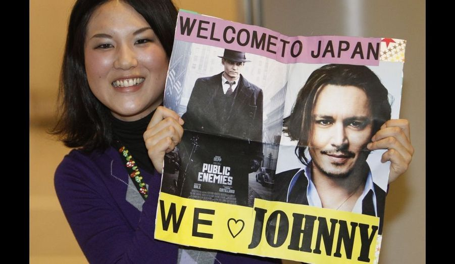 Une fan de Johnny Depp attend l'arrivée de son idole à l'Aéroport International Narita, à l'est de Tokyo. L'acteur vient au Japon ce mardi pour promouvoir son film «Public Enemies».