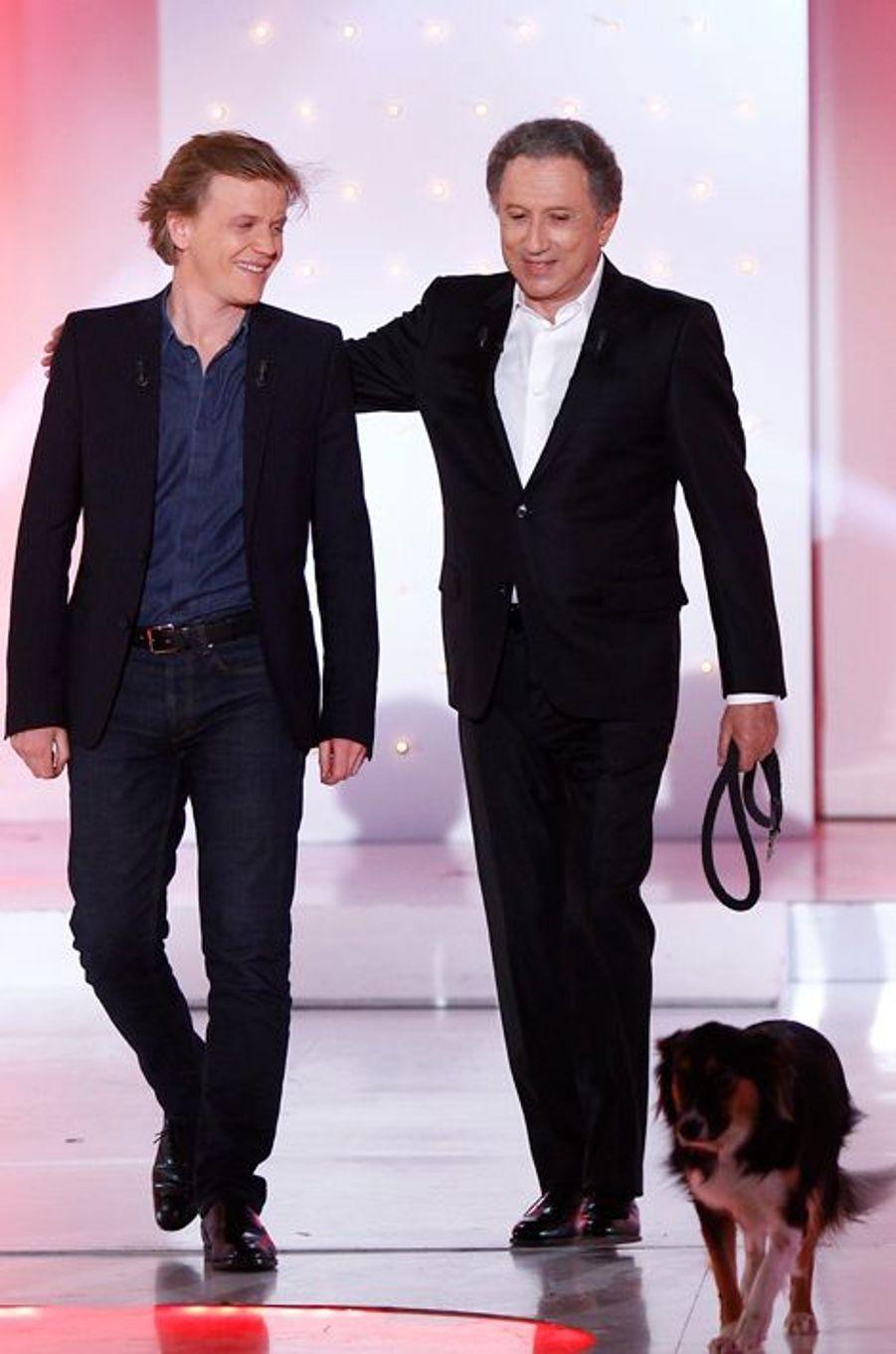 """Alex Lutz et Michel Drucker lors de l'enregistrement de """"Vivement Dimanche"""", le 22 avril 2015"""