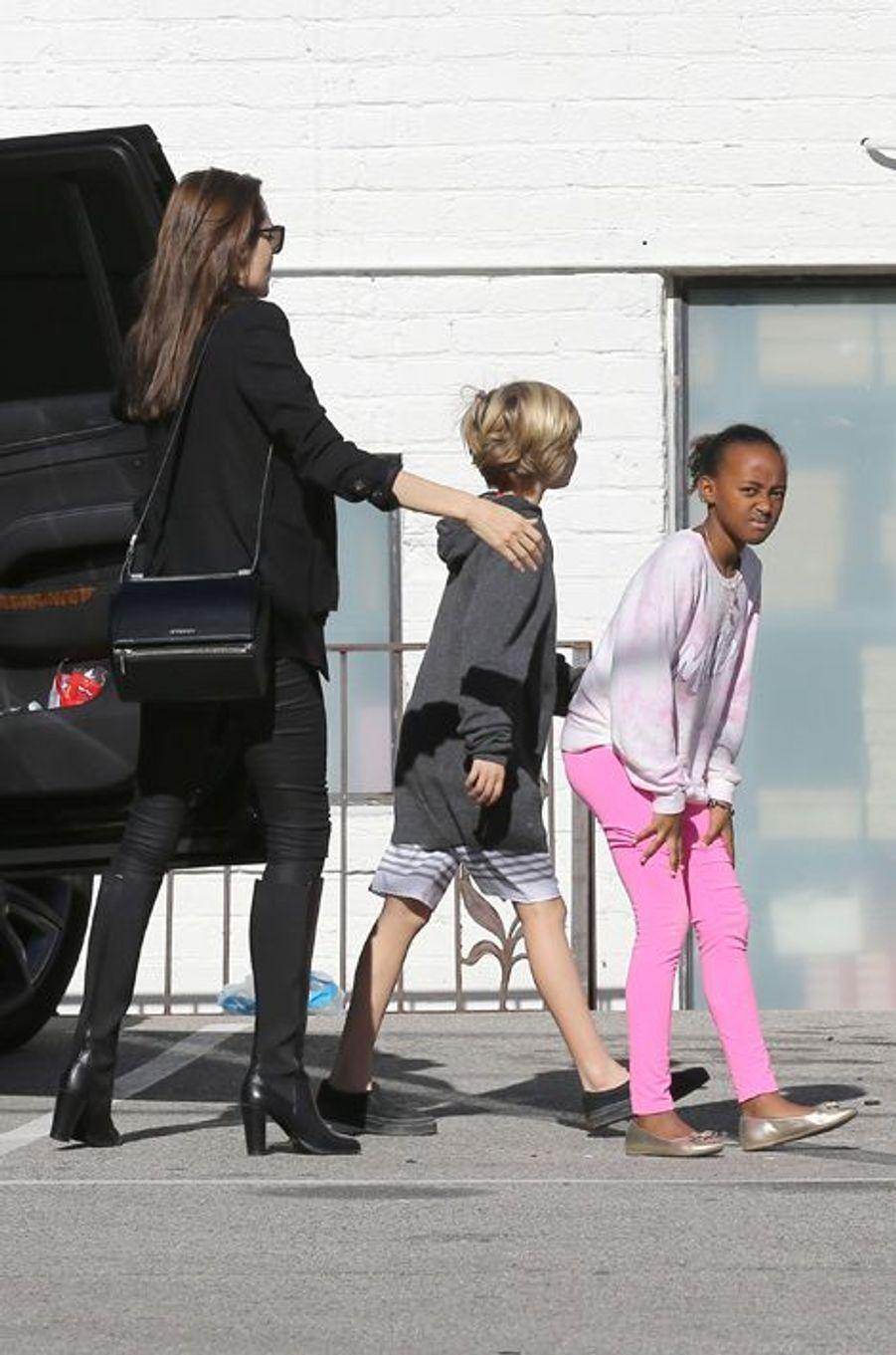 Angelina Jolie avec ses filles Zahara et Shiloh à Calabasas, le 29 décembre 2014