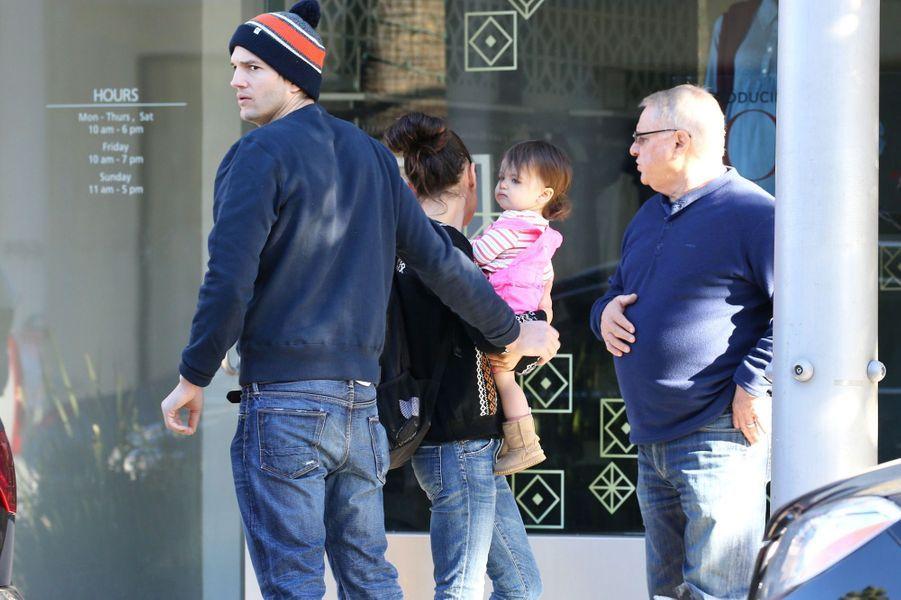 Ashton Kutcher, Mila Kunis et leur fille Wyatt à Los Angeles le 12 décembre 2015