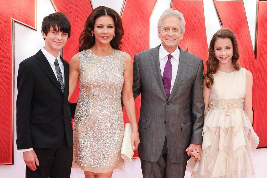 Catherine Zeta-Jones et Michael Douglas aux côtés de leurs enfants, Dylan et Carys, à Londres le 8 juillet 2015