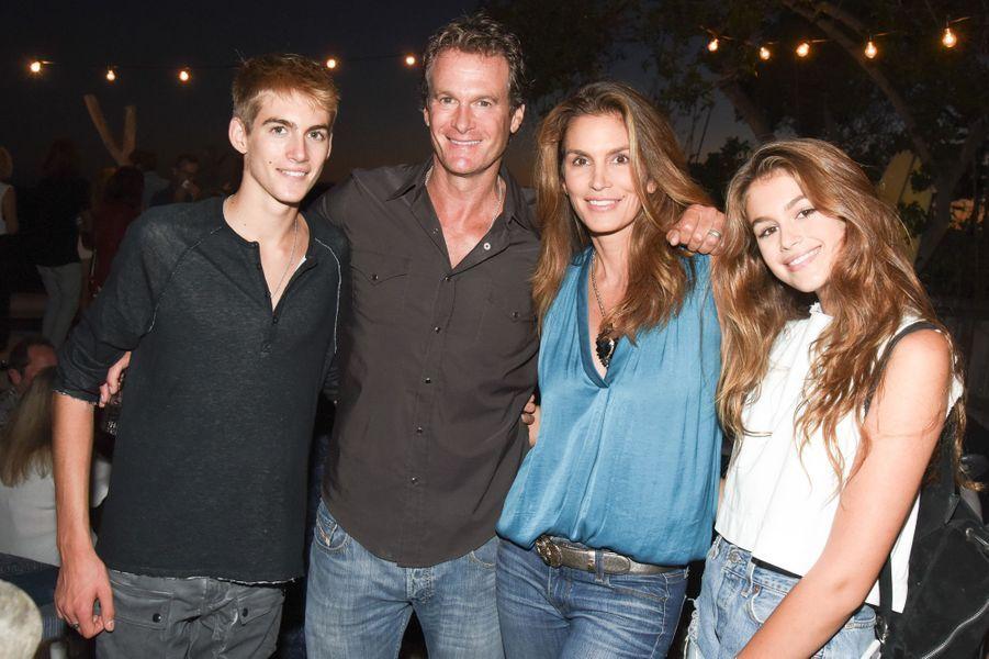 Cindy Crawford, Rande Gerber et leurs deux enfants, Presley et Kaia, célébraient le lancement de la nouvelle marque de Kelly Slater samedi dernier.